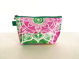 【春・夏】モロッコ風手描き曼荼羅模様 グリーンとピンクのエスニックポーチの画像