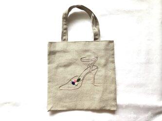 お花ストラップパンプス刺繍のバッグの画像