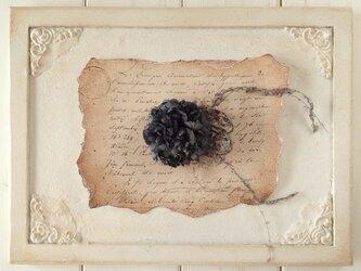 〈染め花〉カーネーションのコサージュ(ダークグレー)の画像