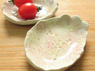 ピンクのお花の小皿の画像