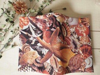びっしり貝殻のブックカバーの画像
