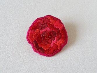 赤い花のブローチの画像