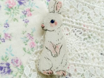 春の新作 春の白ウサギちゃんブローチ の画像