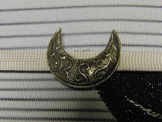 真鍮ブラス製 三日月型兜前立て風帯留め 着物や浴衣の帯締め飾りにの画像