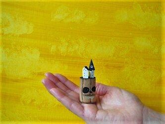 painted driftwood art パンダのなる木がある小さな家並みの画像