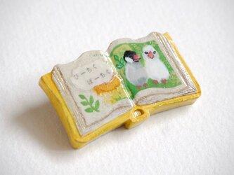 絵本みたいな陶土のブローチ《ぴーちく文鳥》の画像