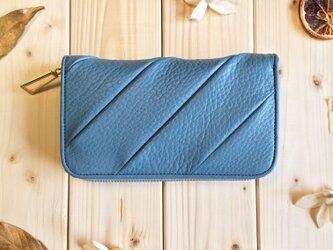 立体感のあるパッチ長財布シリーズ《ブルー》ラウンド長財布 シュリンクレザーの画像