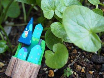 painted driftwood art アイディアのなる木がある小さな家並みの画像