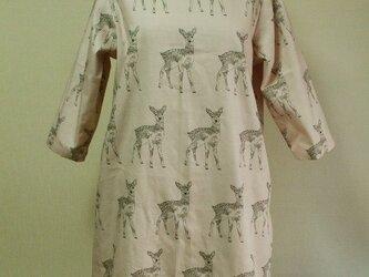 【セール品】鹿柄プリントラウンドネック7分丈袖ワンピース 両脇ポケット付き Mサイズ 薄いピンク色 受注生産の画像