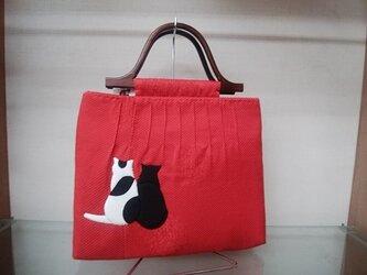 赤いピンタックバッグ◆哀愁の後ろ姿の猫ちゃん付き◆押し絵◆手ぬいの画像