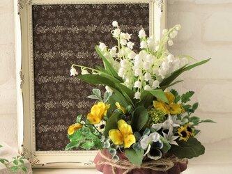 スズランとパンジーの寄せ植えアレンジメント(Y)【アーティフィシャルフラワー】【5月1日 スズランの日 ミュゲ 母の日 ギフト】の画像