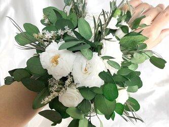 ユーカリと白薔薇のリストレット/ウェディングフラワー/プリザーブドフラワーの画像