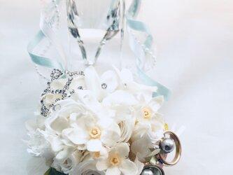 【プリザーブドフラワーリングピロー/本当のガラスの靴シリーズ】シンデレラのガラスの靴と白いお花の清楚でエレガントな輝きと誓いの画像
