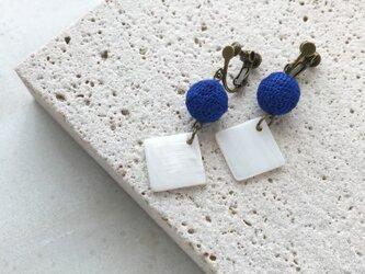 『青と白』あみ玉とシェルパーツ ピアス/イヤリングの画像