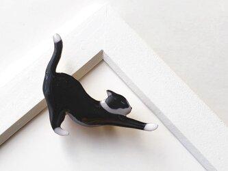 白黒猫ノビ〜! ブローチ(ボックス入)の画像