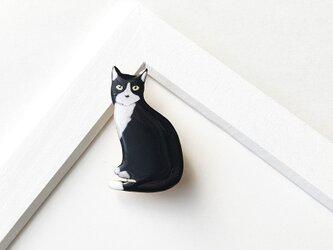 白黒猫 オスワリ ブローチの画像