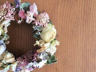 やさしいウォームカラーの春リース バラやスカビオサやスイートピーの画像
