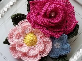 バラと椿のコサージュ レース編み ピンク系の画像