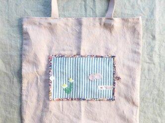 たためるサブバッグ(カモミールとちょうちょの刺繍)の画像