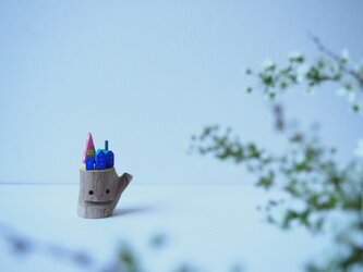 painted driftwood art スマイルニコちゃんマークのなる木がある小さな家並みの画像