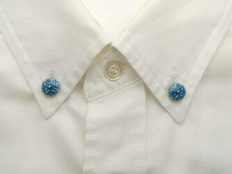 襟に少しのお洒落ボタンダウンピアス(ブルー)の画像
