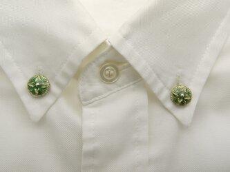 襟に少しのお洒落ボタンダウンピアス(グリーン)の画像