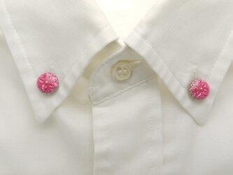 襟に少しのお洒落ボタンダウンピアス(ピンク)の画像