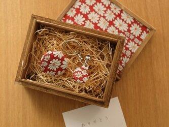 【ギフト】小さな桐箱ときもの小物3点セット 菊文の画像