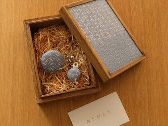 【ギフト】小さな桐箱ときもの小物3点セット 青海波文の画像