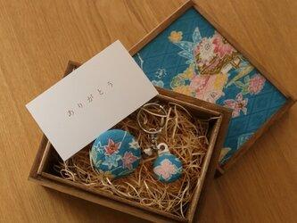 祝「令和」【ギフト】小さな桐箱ときもの小物3点セット 梅文・菊文の画像