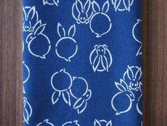 天然藍の型染め手拭い 糸目兎の画像