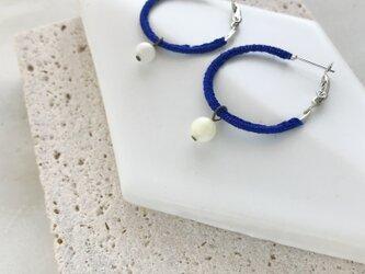 『青と白』ベルギーリネンと珊瑚のフープピアスの画像