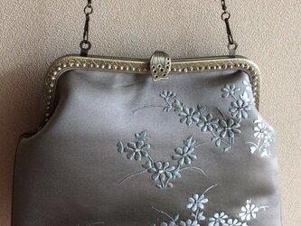 かぶせ口金バッグ・サンドベージュ繻子帯地に水色小花刺繍の画像