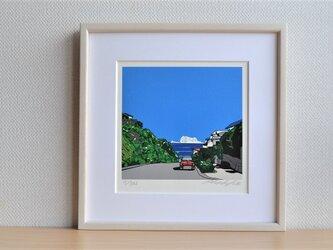 版画作品 湘南イラスト「坂の向こう側」 フレーム(額)入り (七里ヶ浜の坂から湘南の海を望むミニクーパーのイラスト♪)の画像