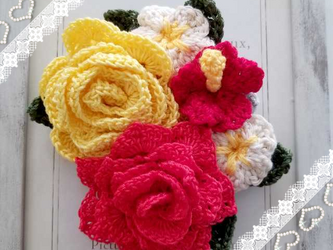 バラとハイビスカスのコサージュ レース編み レッド系の画像