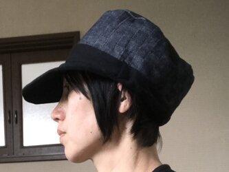 格子デニム×黒ニット帽子の画像