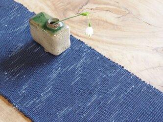 置くものを引き立てる裂き織り木綿テーブルセンター  深い紺色&フリンジ仕立て 和ナチュラル の画像