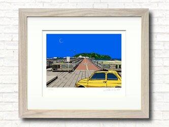 版画作品 湘南イラスト「青い季節の陽の下で」 フレーム(額)入り (江ノ島大橋から望む江ノ島のイラスト♪)の画像