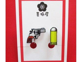 拳銃と弾丸イヤリングの画像