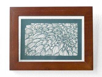 切り絵 菊 フローターフレーム 透明背景 青グレーの色渋紙の画像