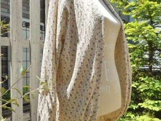 小花柄コットンニットのまあるい裾のカーディガンの画像