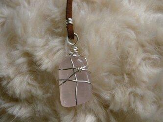 ジラソルピンク(天然石)のネックレス〈守り石〉 ワイヤーラッピングの画像