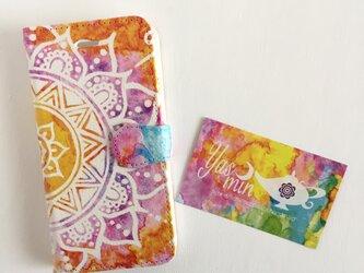 【春・夏】モロッコ風手描き曼荼羅柄 オレンジと紫の手帳型iPhone/Androidケース(留め具pink)の画像