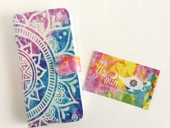 【春・夏】モロッコ風手描き曼荼羅 ブルーとピンクの手帳型iPhone/Androidケース(留め具pink)の画像