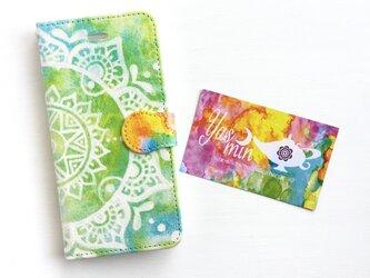【春・夏】モロッコ風手描き曼荼羅柄 ライトグリーンとブルーの手帳型iPhone/Androidケース(留め具orange)の画像