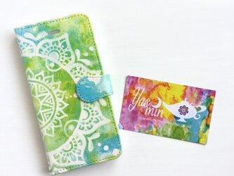 【春・夏】モロッコ風手描き曼荼羅柄 ライトグリーンとブルーの手帳型iPhone/Androidケース(留め具blue)の画像