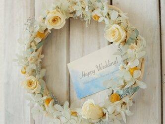 結婚祝いや誕生日に!白バラの爽やかリース★ラッピング&カード有【手入れ不要のプリザーブドフラワー】の画像