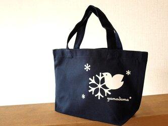 鳥と雪の結晶模様のランチトートバックの画像