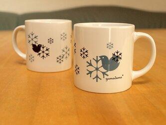 鳥と雪の結晶模様のマグカップの画像