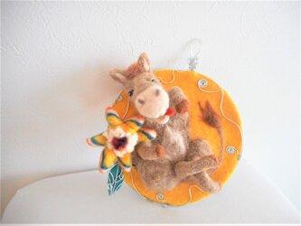 ロバと花の壁掛け オブジェの画像